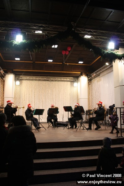 A band plays Christmas hits on the Place d'Armes.
