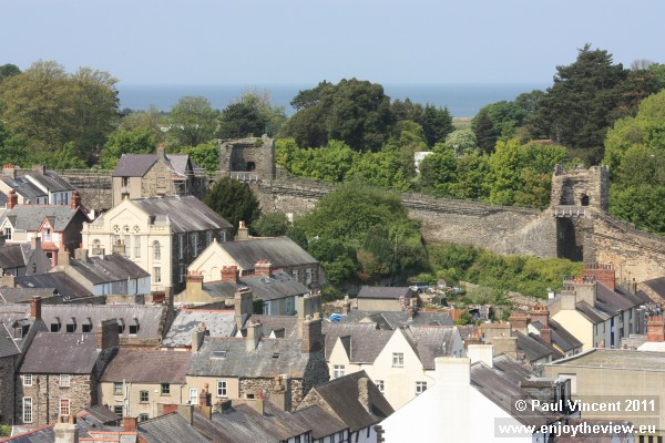 The walls are over 1 km long, and still surround the town.