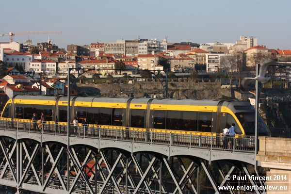 Route D of the Metro do Porto occupies the top deck, which is also a pedestrian walkway.