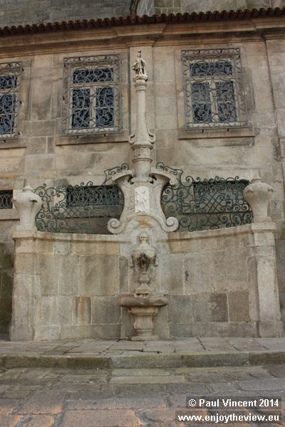 18th century fountain, featuring a sculpture of São Miguel.