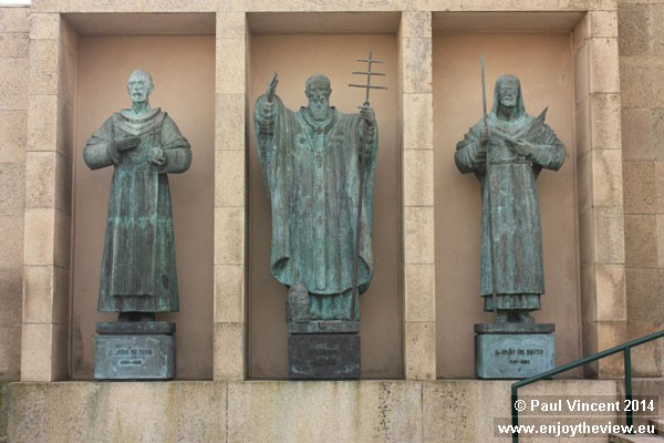 Statues to the side of the church's entrance.